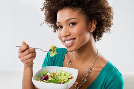 집에서 아름 다운 아프리카 계 미국인 여자 먹는 샐러드의 근접