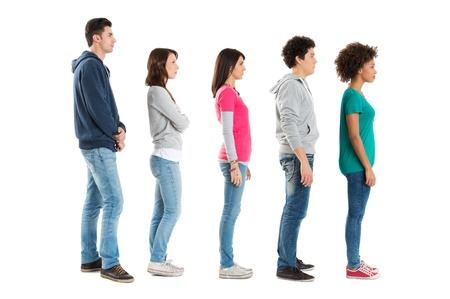 line in: Multietnica persone in piedi in una riga isolata su sfondo bianco