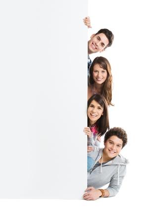 personas: Grupo feliz sonriente de la persona aislada Mostrando Junta cartel en blanco