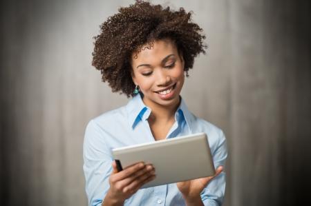 personas: Retrato de una mujer de negocios con �xito utilizando Tableta digital