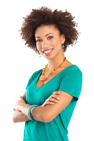 mujeres africanas: Mujer joven aislada en el fondo blanco con los brazos cruzados