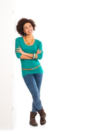 persona pensando: Chica Reflexivo Aislado apoyado en la pared Sobre Fondo Blanco Foto de archivo