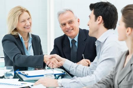 dandose la mano: Ejecutivos de negocios exitosas dar la mano unos con otros Foto de archivo