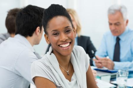 conferencia de negocios: Retrato de feliz empresaria africana joven