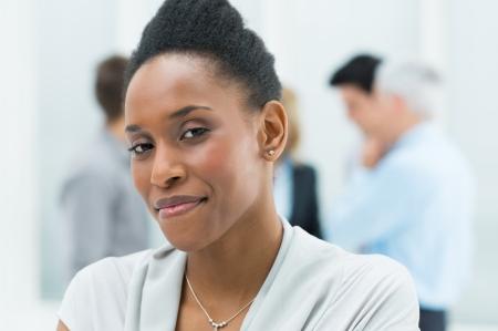 visage femme africaine: Portrait de jeune femme d'affaires afro-am�ricaine dans son bureau Banque d'images