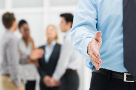 podání ruky: Closeup podnikatele v ruce připraven na handshake o uzavření dohody