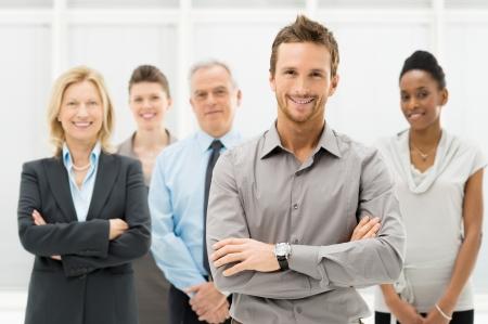 work together: Portret Van Jonge Zakenman Met Business Team Stockfoto