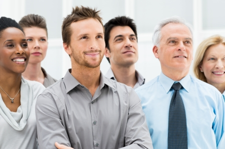 vision futuro: Gente de negocios exitosos de pie juntos y mirando a su futuro brillante Foto de archivo