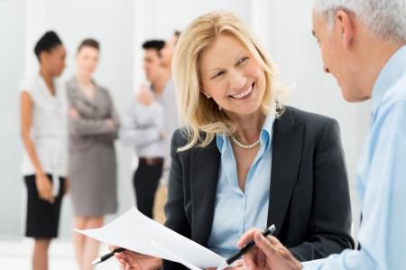 Ritratto di felice Business People Discutendo insieme in ufficio