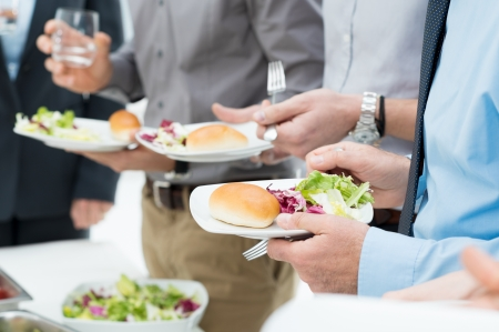 negocios comida: Detalle de las manos de la gente de negocios que almuerzan junto