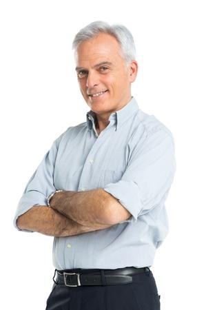 hombres maduros: Hombre feliz madura con las manos juntas aisladas sobre fondo blanco