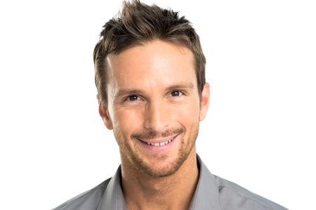 viso uomo: Closeup di felice giovane uomo isolato su sfondo bianco