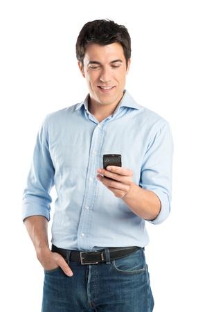 행복 한 젊은 남자의 초상화 흰색 배경에 고립 된 휴대 전화를 사용 하