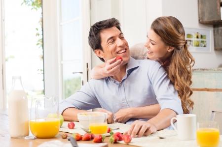 couple amoureux: Couple affectueux prenant le petit d�jeuner
