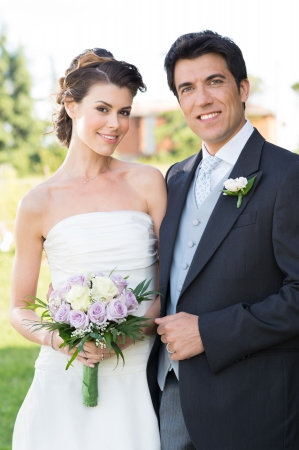 casados: Retrato de joven y hermosa feliz otdoor pareja casada Foto de archivo
