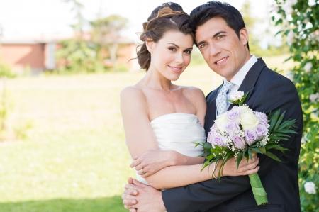 행복 한 아름 다운 젊은 결혼 커플의 초상화