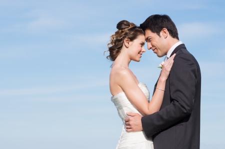 bröllop: Porträtt av glad gift Unga par utomhus