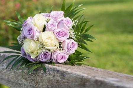 arreglo de flores: Detalle de una hermosa Rose Bouquet en el pasamano de madera
