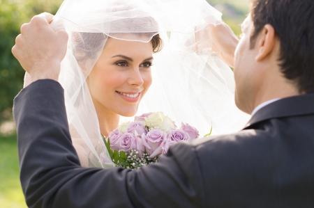 verlobung: Nahaufnahme Der Bräutigam Blick in die Braut während der Trauung