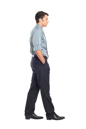 personen: Portret Van Jonge zakenman wandelen met hand in de zak op een witte achtergrond Stockfoto