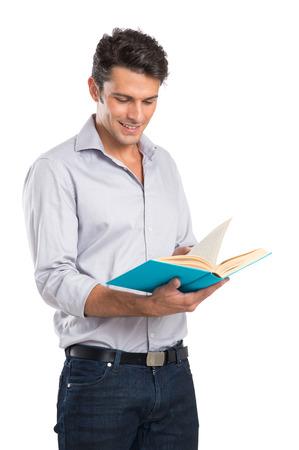 흰색 배경에 고립 된 행복 한 젊은 남자가 책을 읽고의 초상화