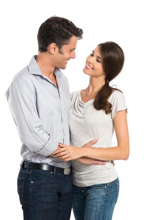 Retrato de una pareja abrazándose Miran Uno aislados en fondo blanco Foto de archivo - 22583716
