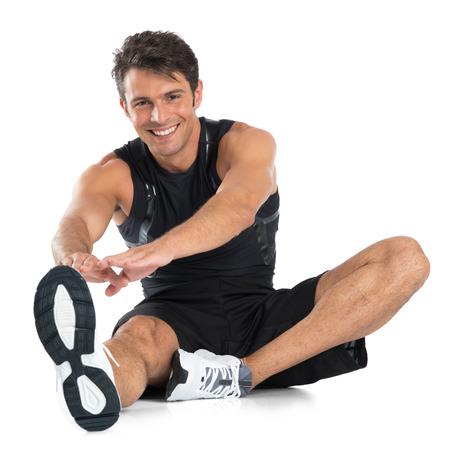 fitness hombres: Retrato de hombre feliz joven que estira aislado sobre fondo blanco