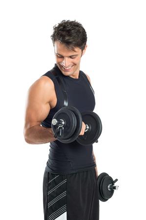 건강한 젊은 남자가 흰색 배경에 고립 아령 운동