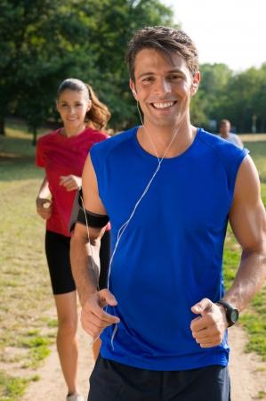 若い男の若い女性とイヤホンで音楽を聴く