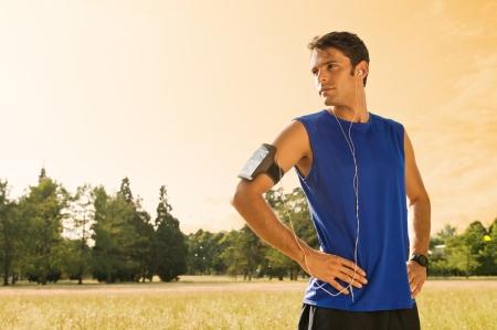 escuchando musica: Retrato del basculador de pie en el campo mientras se escucha música