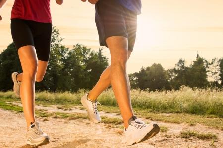 piernas hombre: Piernas vista de un Jogging Pares al aire libre en el Parque Foto de archivo