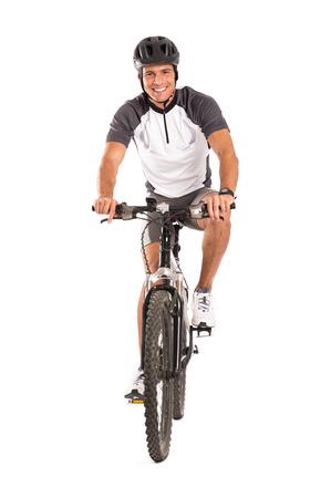白い背景の上に孤立した自転車に若い男性サイクリストの肖像画 写真素材