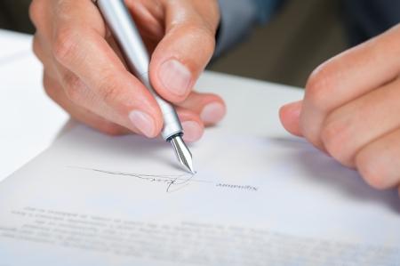 契約書に署名ビジネスマンのクローズ アップ