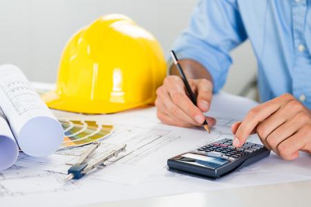 arquitecto: Cerca De Hombre arquitecto basándose en el modelo y que usa la calculadora