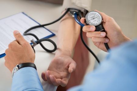 患者の血圧をチェック、医師のクローズ アップ