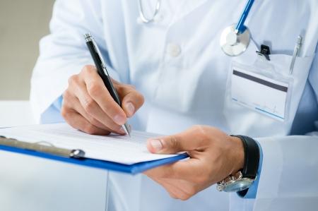 의료 양식을 작성 남자 의사의 근접