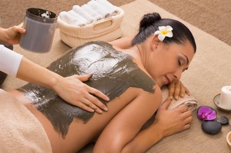 algen: Mooie vrouw die een Mud Therapy Stockfoto