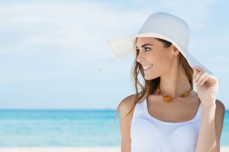 Retrato De Una Mujer Hermosa Joven Con El Sunhat En La Playa Foto de archivo