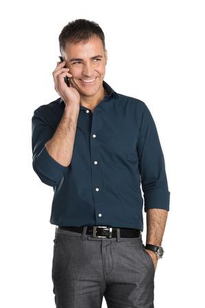 Ältere Menschen sprechen auf Handy auf weißen Hintergrund