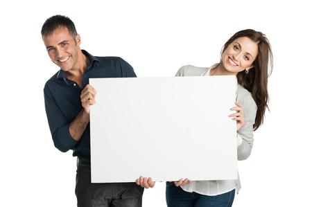 大人のカップルが白い背景に分離記号とカメラ目線