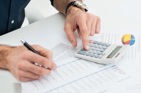 bookkeeper: Primer Del Hombre C�lculo Bills financiero con la calculadora Foto de archivo