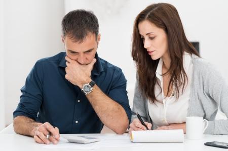 財務予算を計算する心配しているカップルの肖像画 写真素材