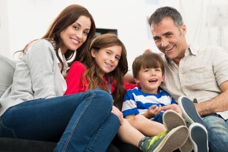 Portret Van Een Gelukkige Glimlachende gezins zit luie stoel Stockfoto