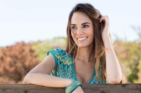 幸せな魅力的な笑顔少女の肖像画 写真素材