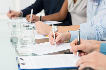 cuadro sinoptico: Primer de los empresarios de la mano sobre el papel que toma notas en Seminario