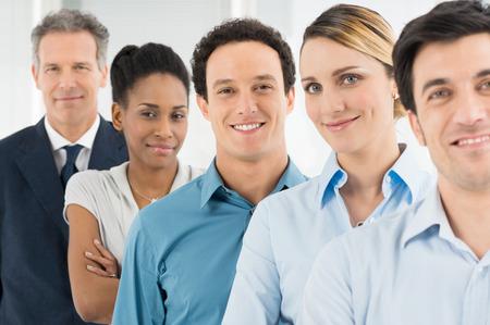 Groupe de gens d'affaires heureux multi multiethniques Regardant l'objectif Banque d'images