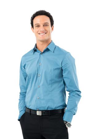 白い背景で隔離のカメラ目線のポケットに手で幸せな青年実業家の肖像画