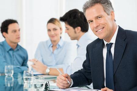 Porträt der erfolgreichen Smiling reifen Geschäftsmann Blick in die Kamera