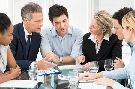 사업: 회의에서 multiracial 기업인 브레인 스토밍의 초상화