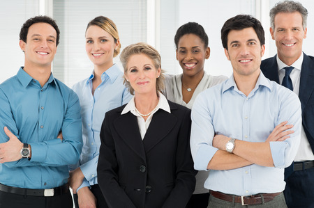 一緒に立っている多民族の成功したビジネスマンのグループ